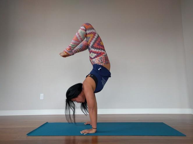 niyama-sol-traveler-scorpion-handstand